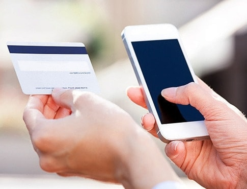 Банківська карта та мобільний телефон